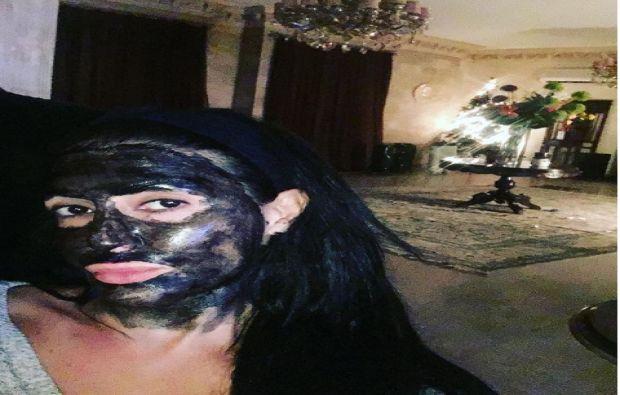 القناع الذي يحمي بشرة غادة عبد الرازق